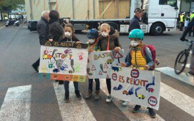 Grieserplatz-Protest action gegen Durchzugs-Verkehr – piazza Gries- protesta dei cittadini contro il traffico soffocante